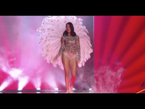 Adriana Lima thanks crowd at final Victoria's Secret show