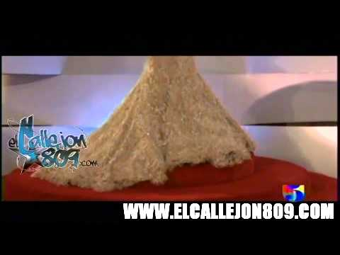 La Materialista con un Vestido super Glamoroso en la Alfombra Roja de los Premios casandra 2012
