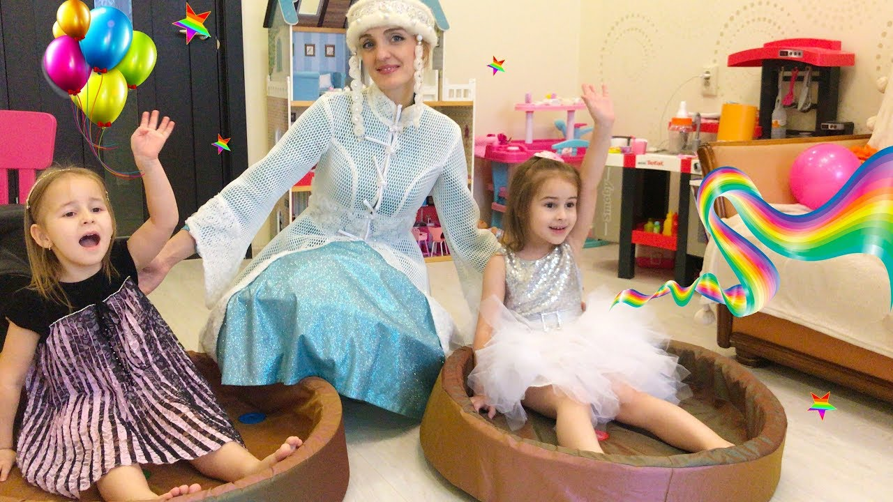 Дети играют с веселятся дома Сюрпризы и подарки от Деда Мороза Алине и Юляшке