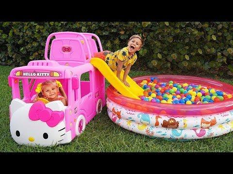 Diana y Roma juegan con un nuevo bus de Hello Kitty |