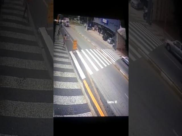 Imagens mostram mulher sendo atropelada na faixa de pedestres