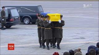 Похоронний кортеж привіз до терміналу