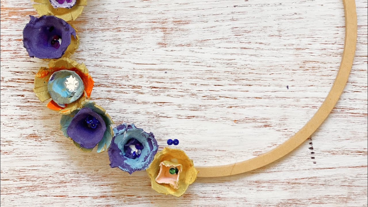 Corona de flores con hueveras