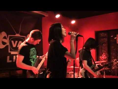 "Elephant Fresh 摸象樂隊 11/16/12 @ VA Live Beijing playing ""Down in the Hole"""