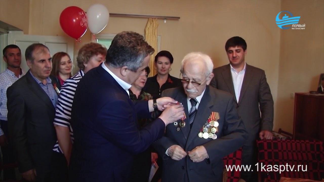 Глава Каспийска Магомед Абдулаев накануне дня Великой Победы поздравил ветеранов ВОВ