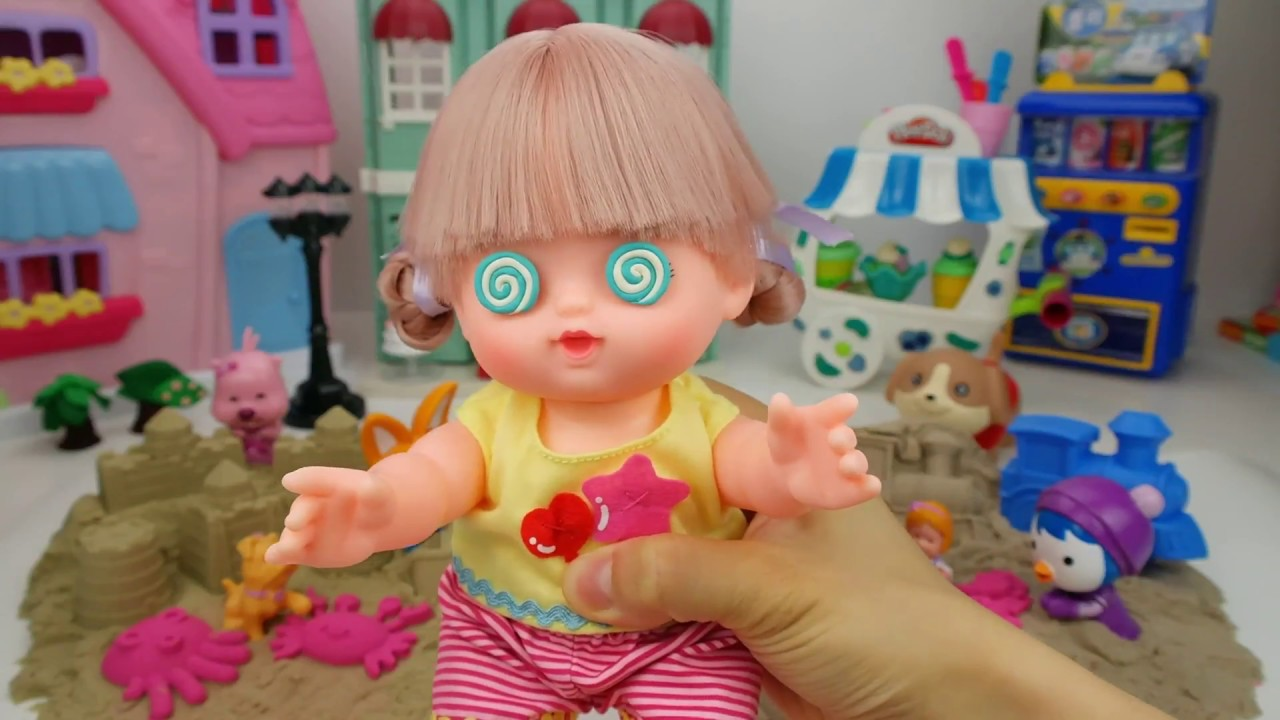 Fidget Spinner Hypnotizes Doll at the Kinetic Sand Beach Party.  Mell Chan メルちゃん Possessed Doll.