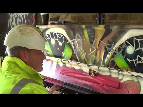 DUDE PLAYS INCREDIBLE PIANO IN THE SUBWAY