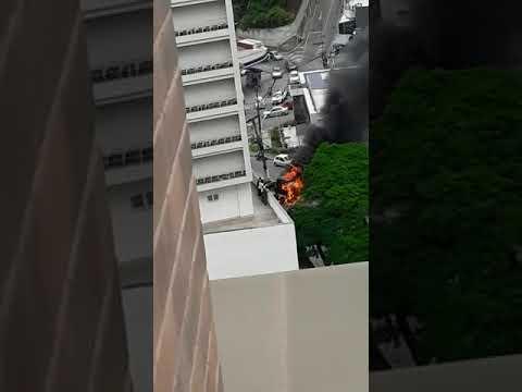 Carreta pega fogo perto de posto de combustível - parte 6