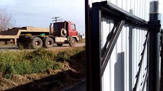 видео Раздвижные ворота из профнастила