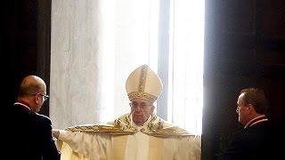 """البابا فرنسيس يفتح الباب المقدس ويعلن """"يوبيل الرحمة"""""""