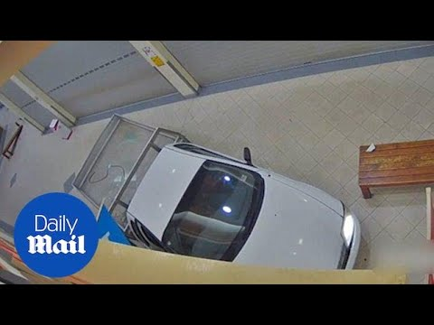 UTE Smashes Into Coles During A Ram Raid In Melbourne