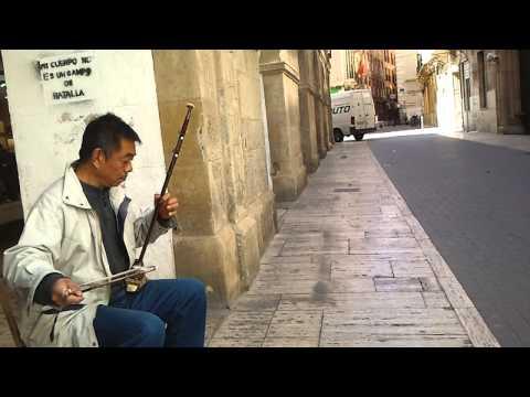 Китаец играет на скрипке