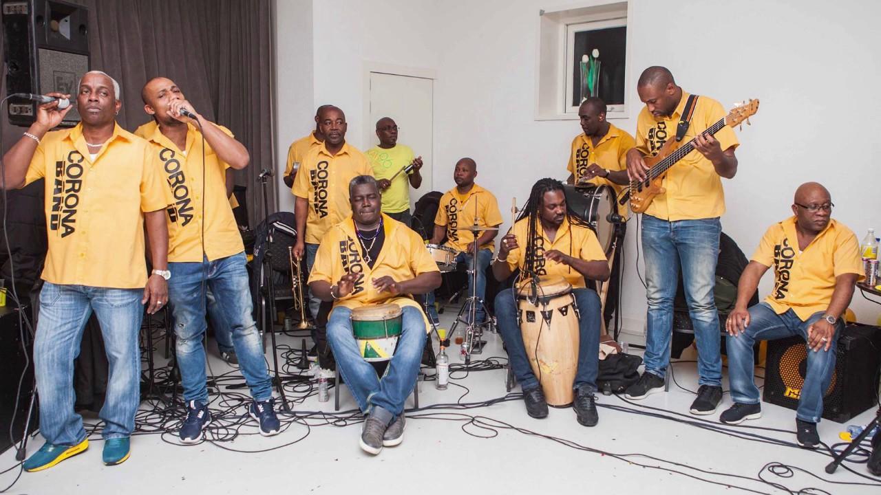 Corona Band Kom Uit De Kast