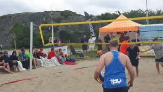 Här spelar dom Beachvolleyboll på badplatsen Hjälvik på Öckerö 2