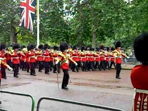 Desfile de la Guardia Real de Inglaterra hacia palacio
