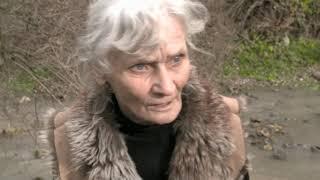Pani Cecylia mieszka z chorym synem w zrujnowanej stajni. W nocy owijają się folią (UWAGA! TVN)