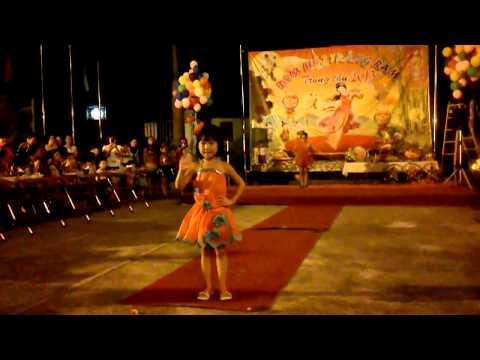 Biểu diễn thời trang quần áo giấy đêm trung thu - BU CON YEU