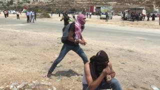 """بالفيديو.. تظاهرة أمام """"عوفر"""" تضامنا مع الأسرى الفلسطينيين"""