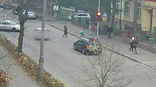 Dzieci na przejściu, kierowca lekceważy czerwone światło. O krok od potrącenia