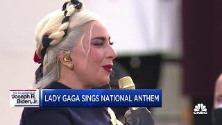 Inauguration Day, Lady Gaga canta l'inno nazionale per Biden e Harris