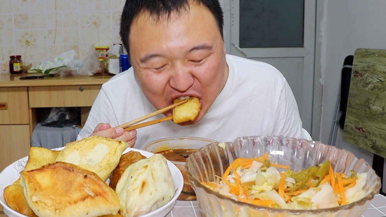小伙简单吃一个河南特产胡辣汤个,加上特色面食有馒头,味道出乎意料的好~【cram阿强】