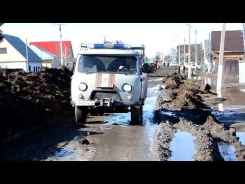 Спасатели ликвидируют последствия подтопления в городе Ишим Тюменской области