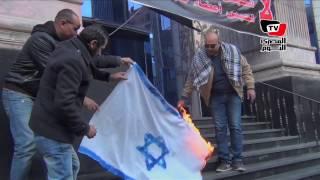 حرق علم إسرائيل أمام «الصحفيين» احتجاجًا على قرار مصر من «الاستيطان»