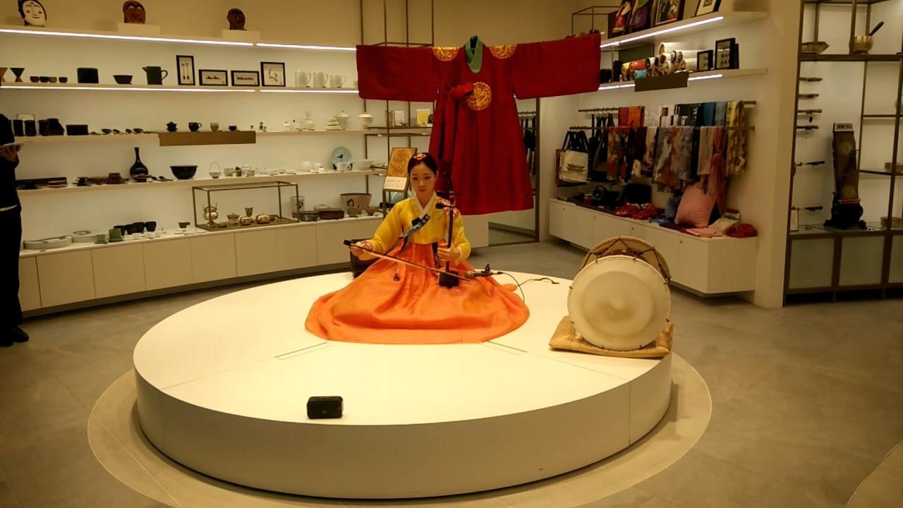 首爾仁川機場出發層韓國傳統文化推展區音樂表演 - 二胡 - YouTube