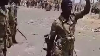 شاهد.. الجيش السوداني يتدخل للفصل بين مجموعتين قبليتين متنازعتين في بورتسودان