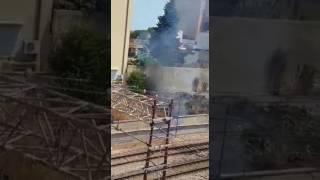 Incendio a ridosso dei binari
