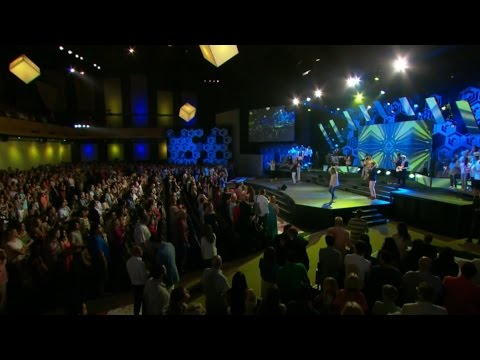 "Peter Furler Performs ""I Am Free"" at Fellowship Church on Easter Sunday"