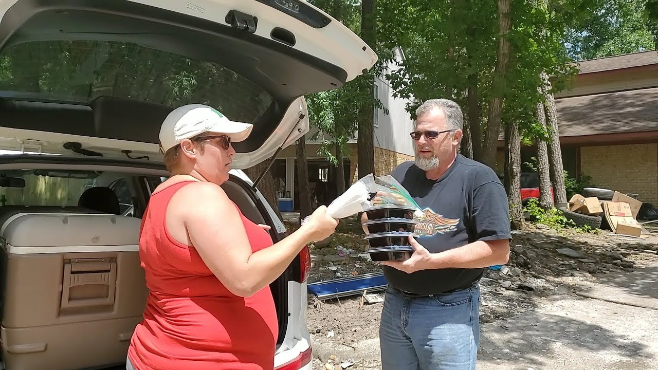 LocalMeA Minute - Tammy Yates delivers hot meals to those flooded in Elm Grove of Kingwood