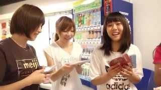川崎純情小町☆メンバー本人達によるCD開封式の様子。 <新譜「裸々乱!...