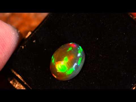 Vidéo Opale du Welo Base noire naturelle aux couleurs Arc en Ciel