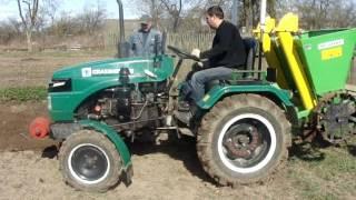 Посадка картофеля минитрактором GRASSXOPPER двухрядной сажалкой BOMET.