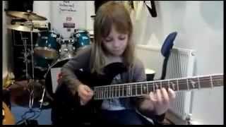 маленькая девочка офигенно играет на гитаре