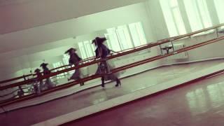 Девушка танцует под DubStep песню не подскажите