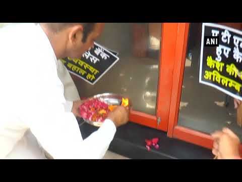 Cash crisis: Shopkeepers perform 'Aarti' outside Kanpur ATM