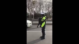 交警正常执法,遭泼妇扇耳光,摔坏多台执法记录仪。如此泼妇,要是国外早就当场被击毙了