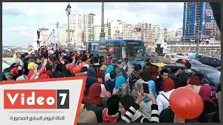 شباب الإسكندرية يحتفلون بعيد الحب على كورنيش كوبرى ستانلى