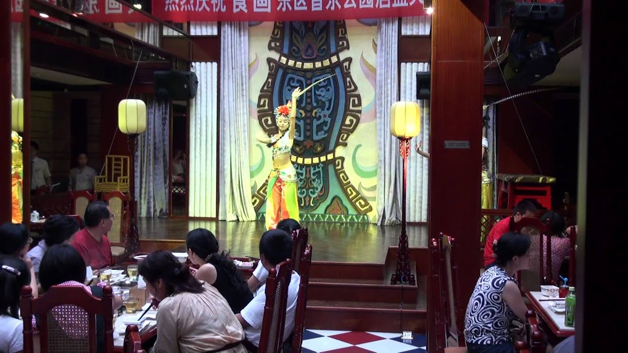 成都火鍋店的餐廳表演秀 四川歌舞表演 part1 - YouTube
