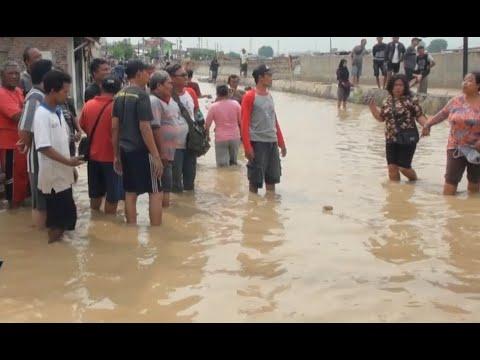 download Tanggul Sungai Jebol, Sejumlah Rumah Warga di Semarang Terendam Banjir