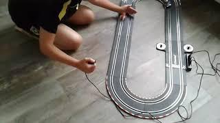 Raceauto tegen hand