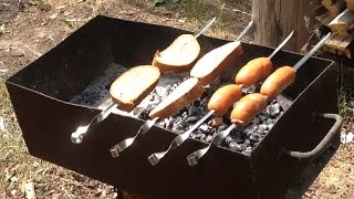 Сардельки и хлеб на углях