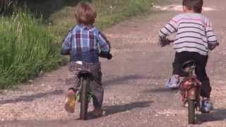 Беговел или велосипед!(Два паренька соревнуются на скорость, Набираем группы в Южную Америку, на http://www.bubucoca.ru., 2013-06-08T17:07:26.000Z)