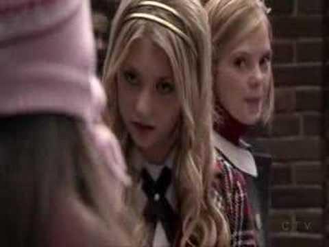 Gossip Girl 1x13 Jenny in the Courtyard