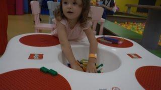 Развлекательный детский центр с горками и батутами бассейном с кубиками  Entertainment center