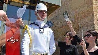 Anıtkabir'deki nöbetçi askerleri vatandaşlar serinletti