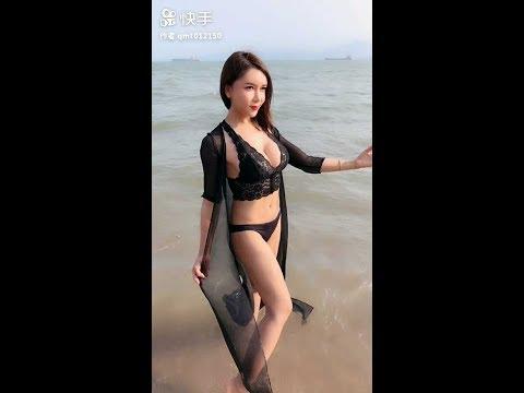 〔抖音视频〕美女龚玥菲在海边穿比基尼吹着海风太美了!