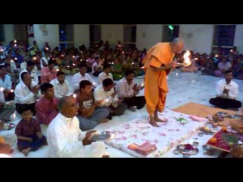 Mahant Swami Doing Arti at UTTARSANDA BAPS mandir PATOTSAV